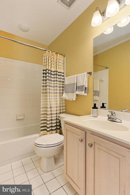 Upper-Level Hallway Full Bathroom - 425 PARK AVE, FALLS CHURCH