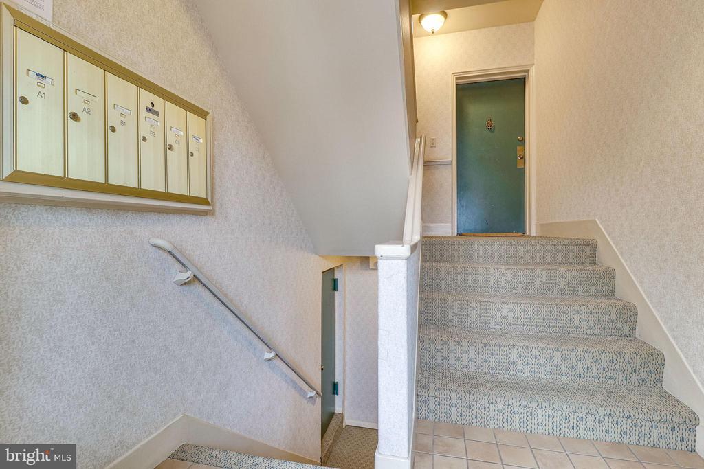 Building - Front Entry Lobby - 3052 S ABINGDON ST #A2, ARLINGTON