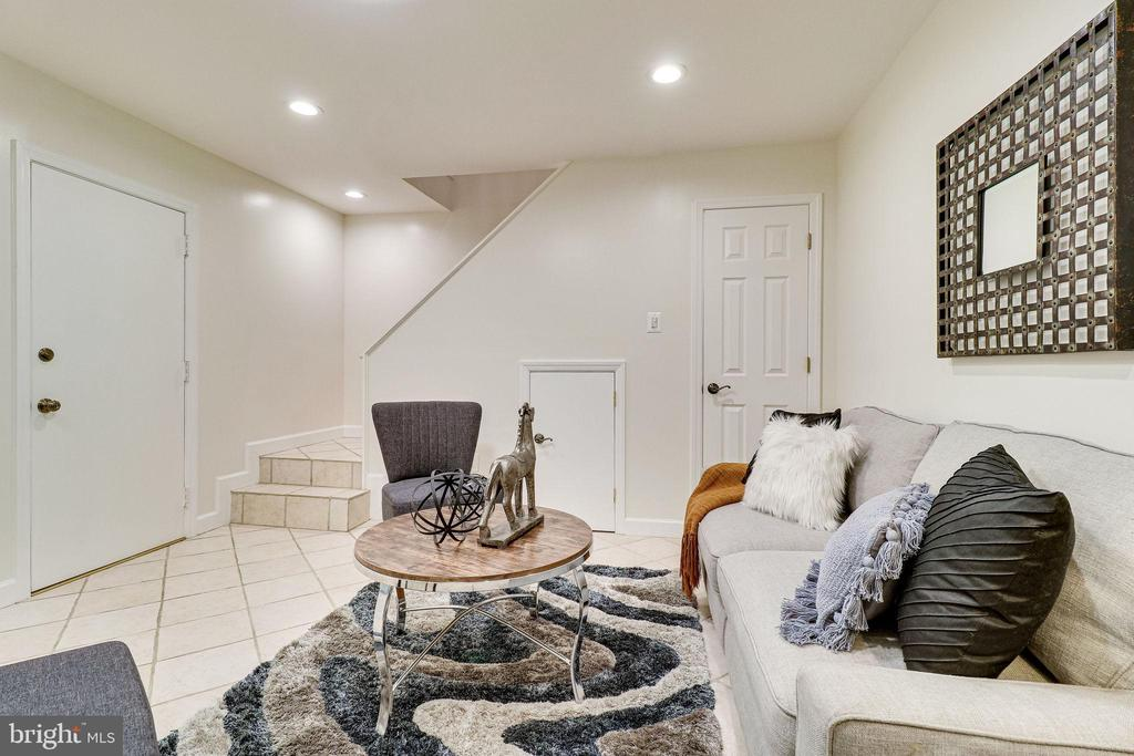 Recreation/Family Room w/Separate Lobby Entrance - 3052 S ABINGDON ST #A2, ARLINGTON