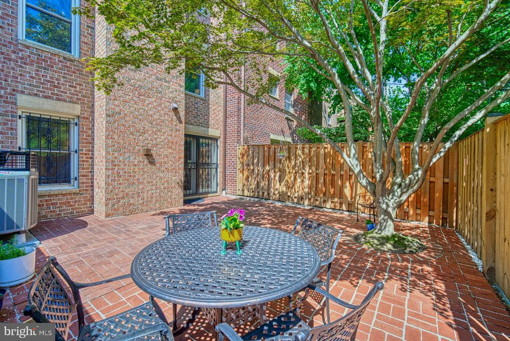 Bright, Sun-filled Private Rear Patio - 10161 TURNBERRY PL, OAKTON