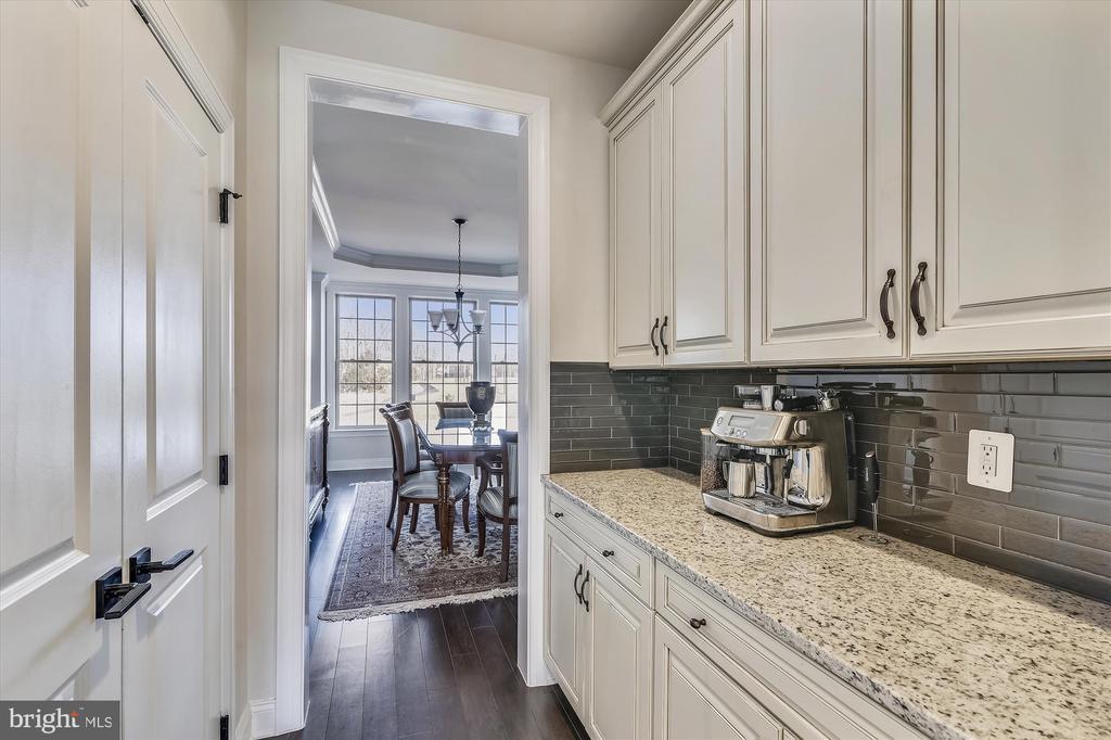 Butler's pantry - 43111 CLARENDON SQ, ASHBURN