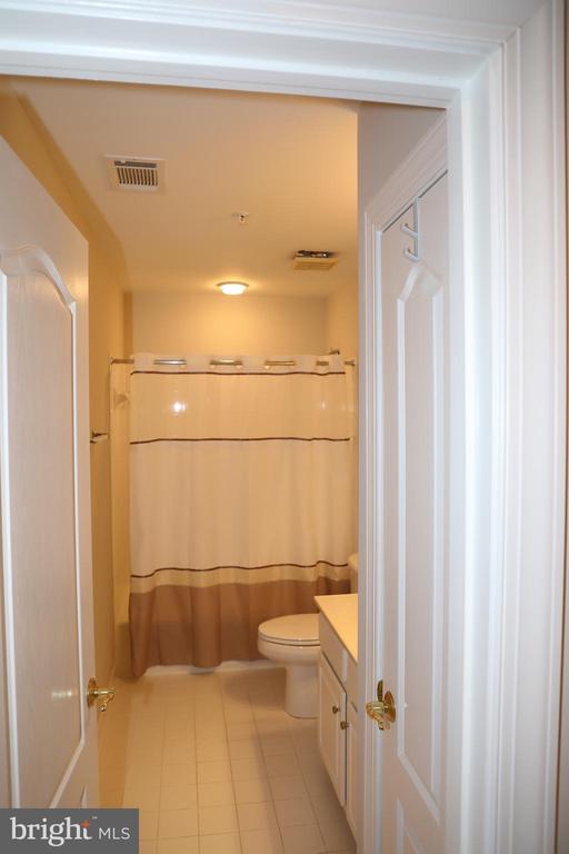 Upper level full bath - 3705 GLEN EAGLES DR, SILVER SPRING