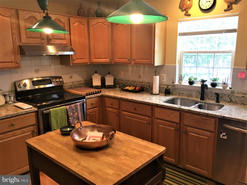 Enjoy rear yard views in updated granite kitchen - 311 OAKCREST MANOR DR NE, LEESBURG