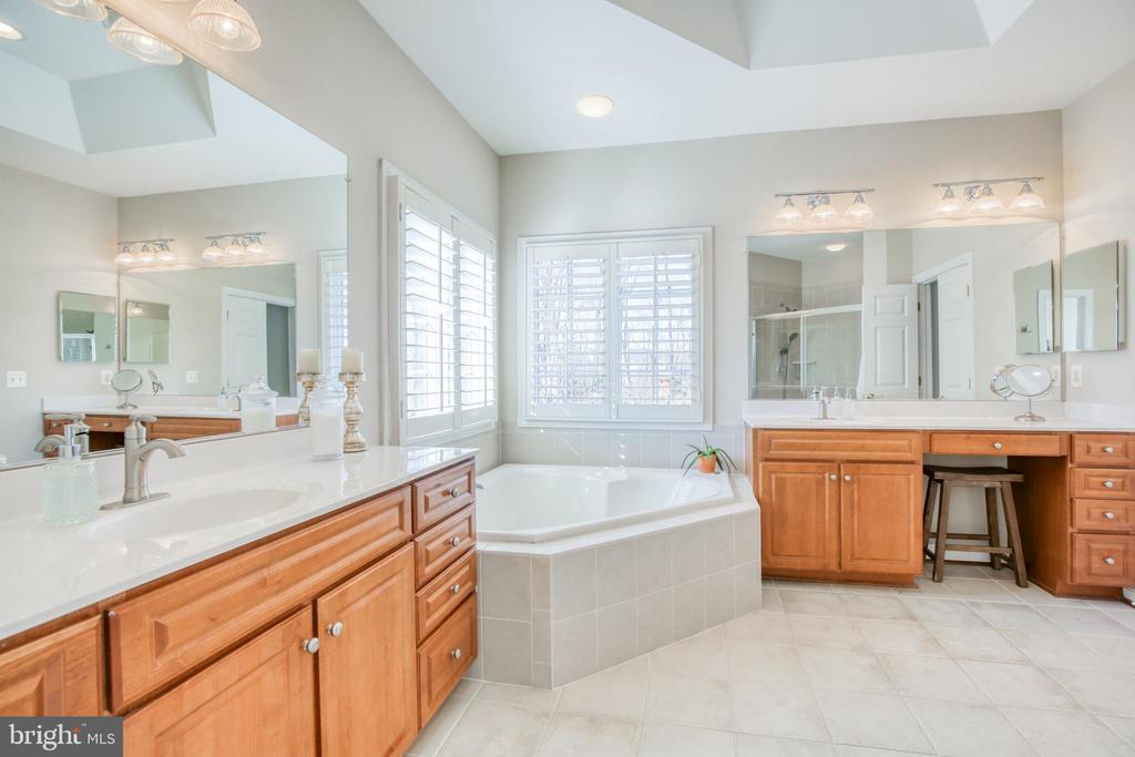 Master bath with double vanities - 43094 ROCKY RIDGE CT, LEESBURG