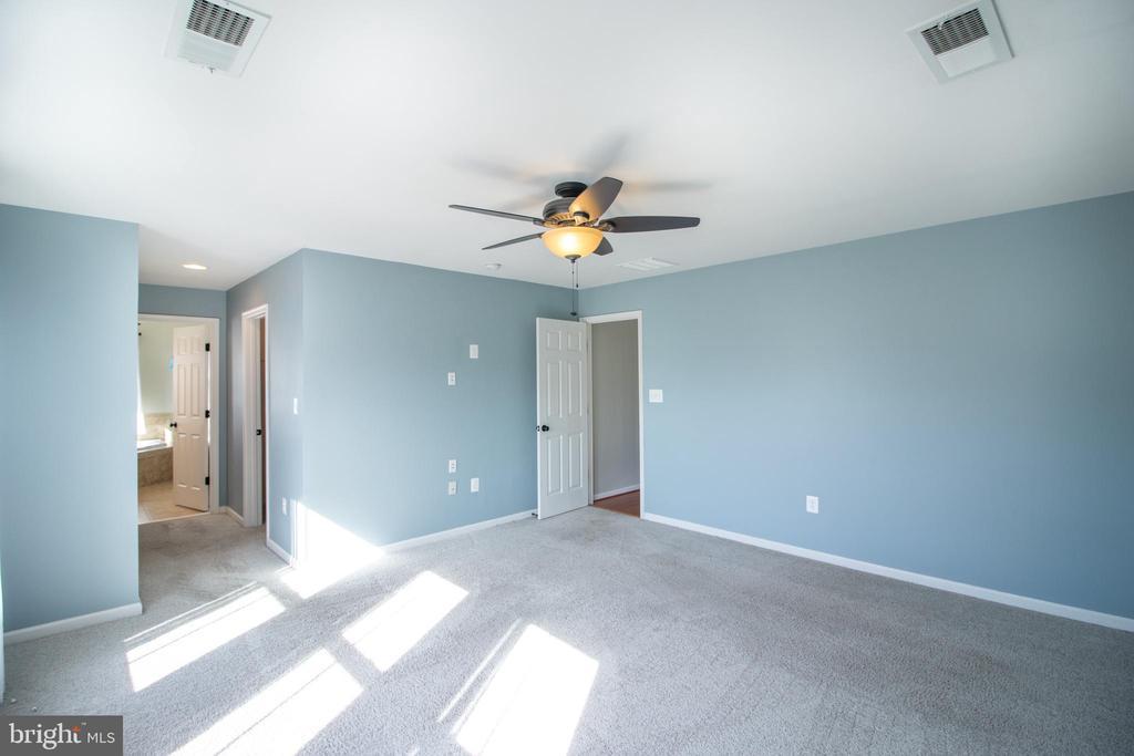 Large primary bedroom! - 1110 HEARTHSTONE DR, FREDERICKSBURG
