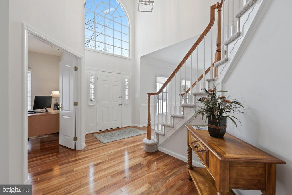 Enter into a 2-level Foyer with Palladian Window - 20004 HAZELTINE PL, ASHBURN