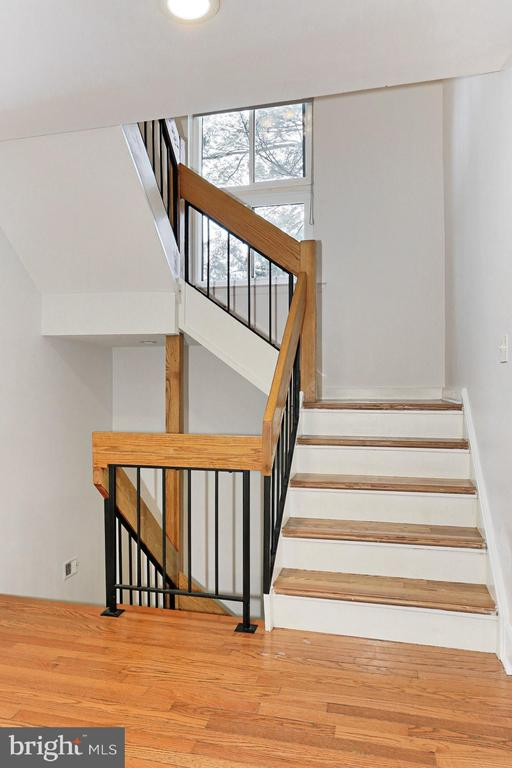 Stairs with iron and wood railing - 2071 WETHERSFIELD CT, RESTON