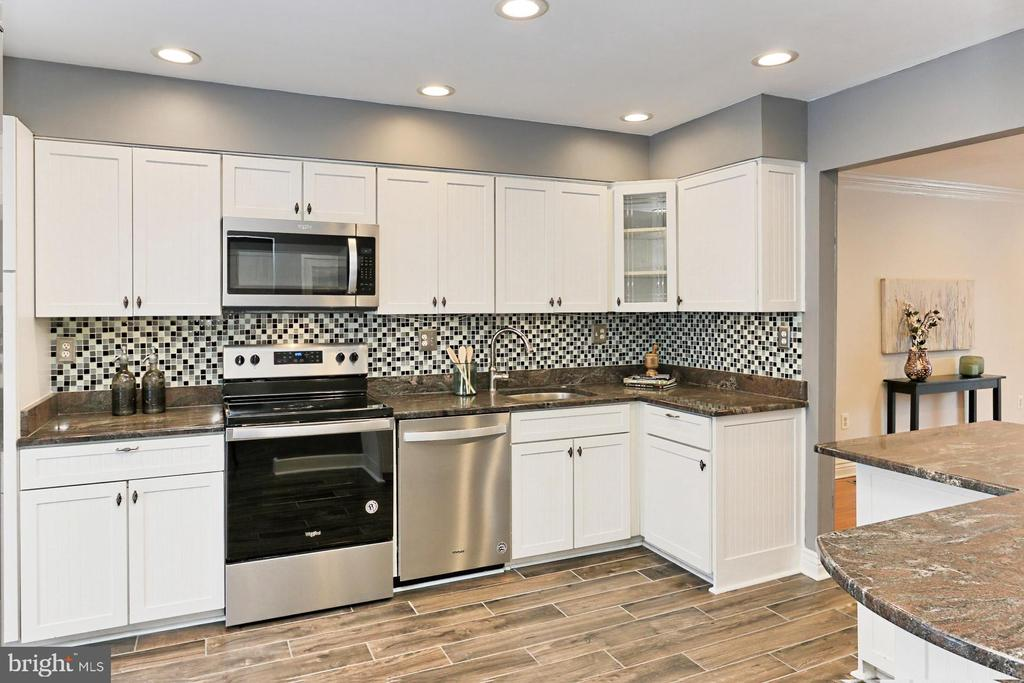 Updated Kitchen wtih NEW SS appliances! - 2071 WETHERSFIELD CT, RESTON