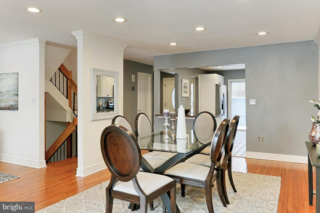 Plenty of space for formal or relaxed entertaining - 2071 WETHERSFIELD CT, RESTON