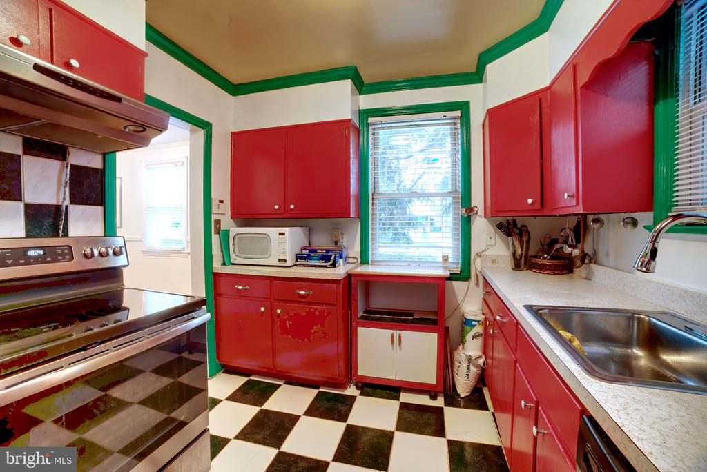 Diner Themed Kitchen. Main Level. View 1 - 701 N GEORGE MASON DR, ARLINGTON