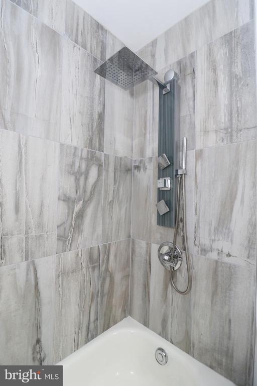 Updated full bathroom - 219 W MEADOWLAND LN, STERLING