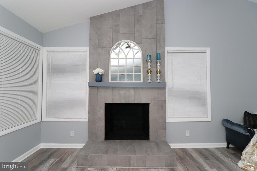 Focal point of the house - Fireplace - 219 W MEADOWLAND LN, STERLING