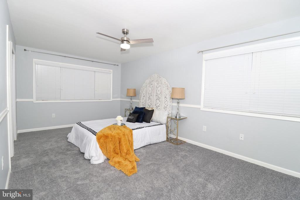 Beautiful master bedroom - 219 W MEADOWLAND LN, STERLING