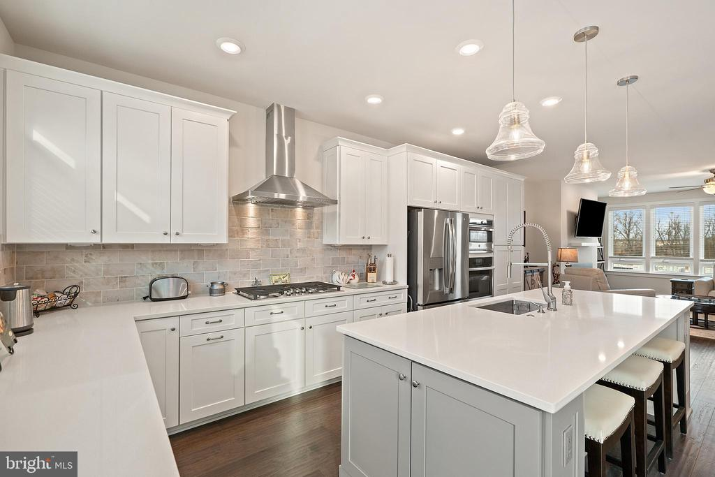 Gourmet Style Kitchen with Extra Large Island - 1614 ROCKY SHALE TER SE, LEESBURG