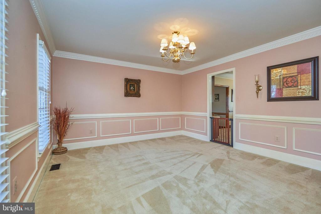 Chair Rail and Crown Molding - 12693 CROSSBOW DR, MANASSAS