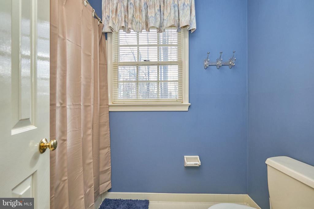 Upper Hall Bath - 12693 CROSSBOW DR, MANASSAS