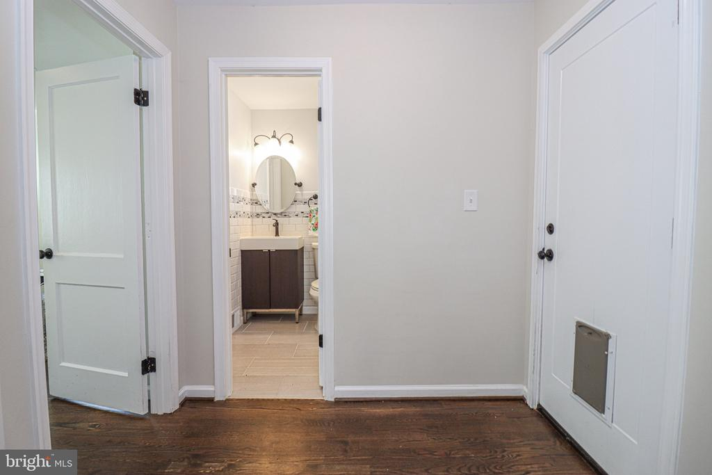 Side entry to kitchen and family room - 5109 11TH ST S, ARLINGTON