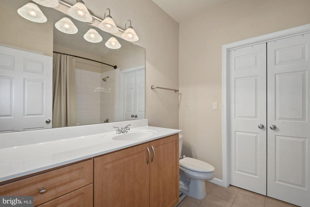 Unit 304-Bathroom in the MAIN bedroom - 12954 CENTRE PARK CIR #304, HERNDON