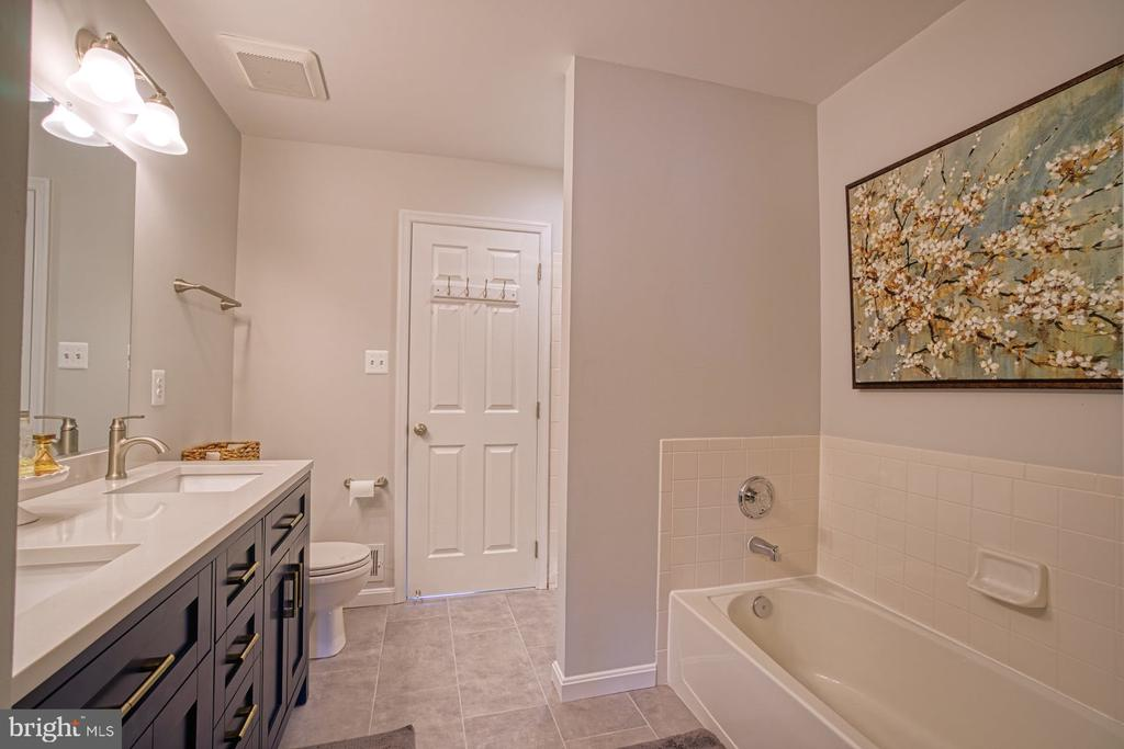 Newly Updated Primary Bath - 22142 TRAILSIDE SQ, STERLING