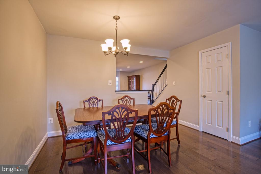Dining area with newer light fixture - 22142 TRAILSIDE SQ, STERLING