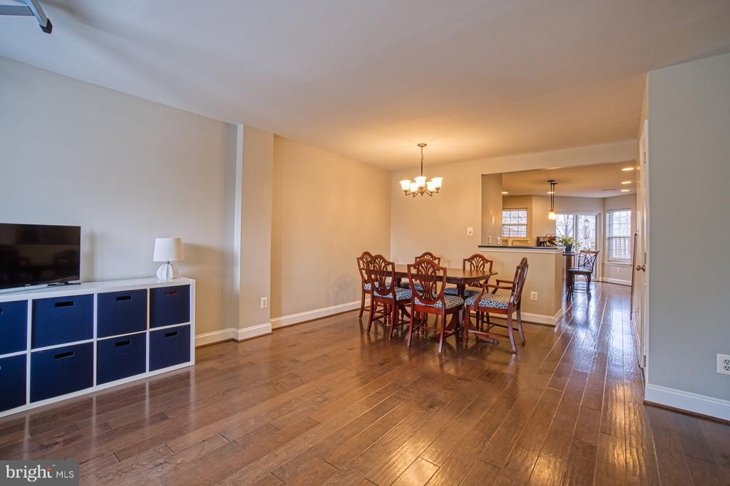 Gleaming engineered hardwood in common areas - 22142 TRAILSIDE SQ, STERLING