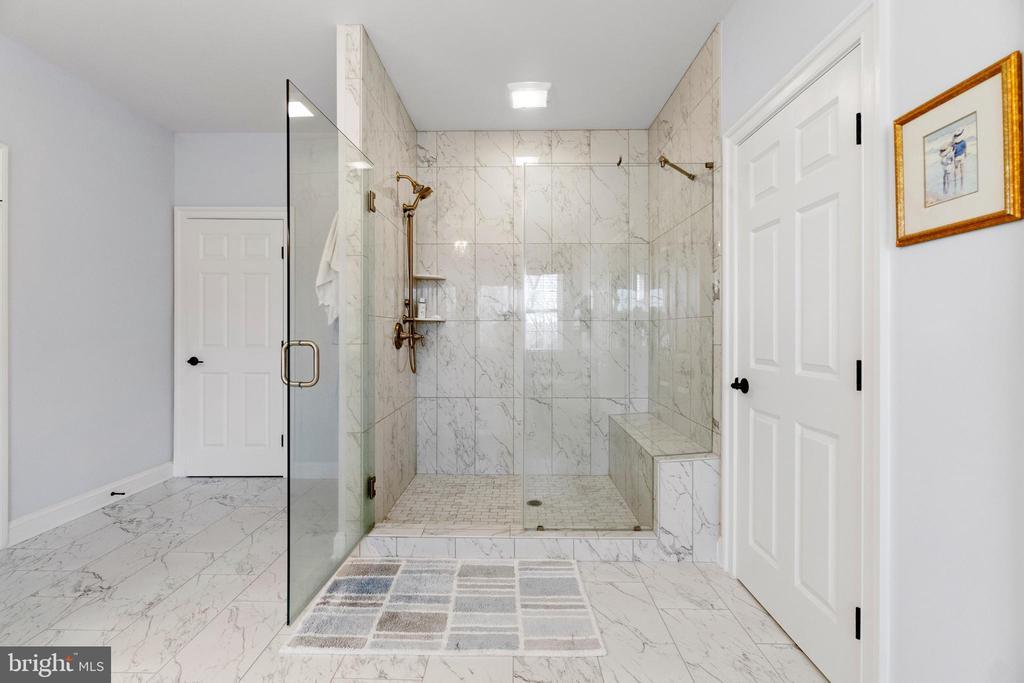 Enormous Shower with Built-in Seat!!! - 11217 PRESWICK LN, SPOTSYLVANIA