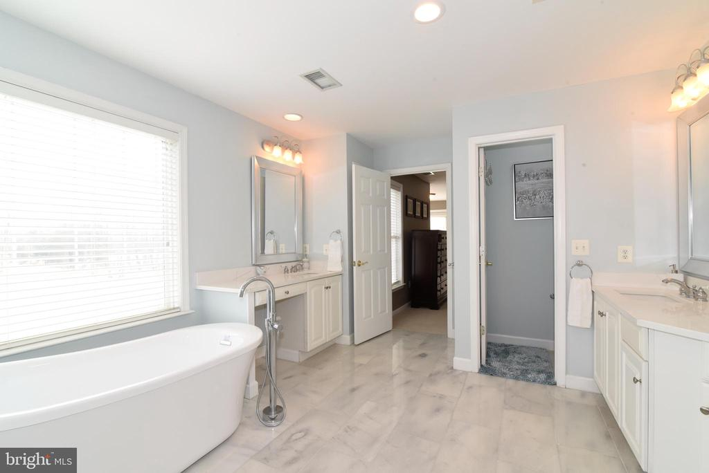 MASTER BATH WITH TWO SINKS - 41921 SADDLEBROOK PL, LEESBURG