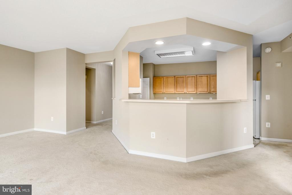 Kitchen opens to living/dining - 19365 CYPRESS RIDGE TER #515, LEESBURG