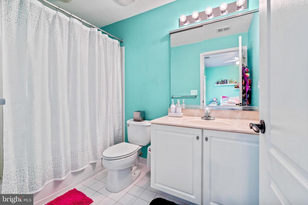 Princess suite full bath - 12802 GLENDALE CT, FREDERICKSBURG