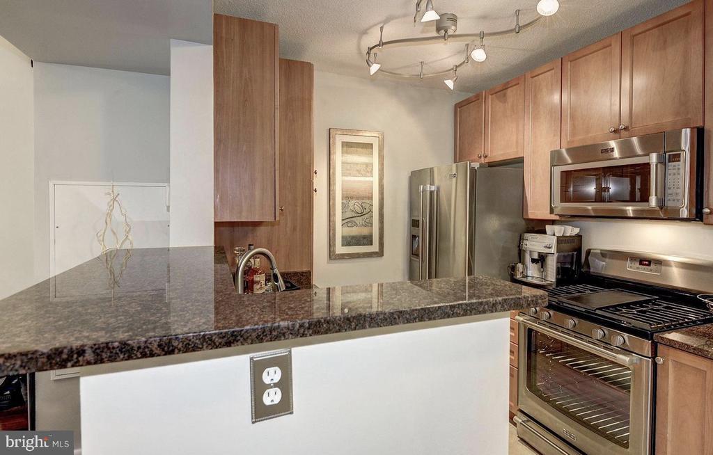 Gas Stove and Granite Countertops - 851 N GLEBE RD #416, ARLINGTON