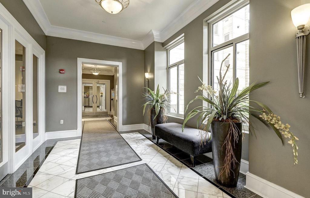 Lovely Lobby Level - 851 N GLEBE RD #416, ARLINGTON