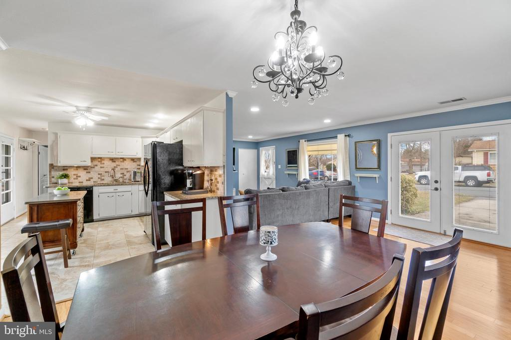 Floor plan is perfect for entertaining! - 603 S DOGWOOD ST, STERLING