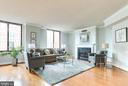 Living room w/ cozy gas fireplace - 1201 N GARFIELD ST #909, ARLINGTON