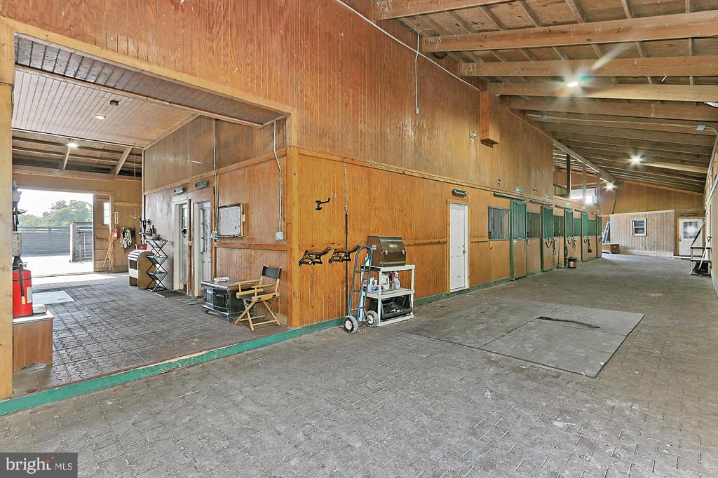 Main Barn - 21281 BELLE GREY LN, UPPERVILLE