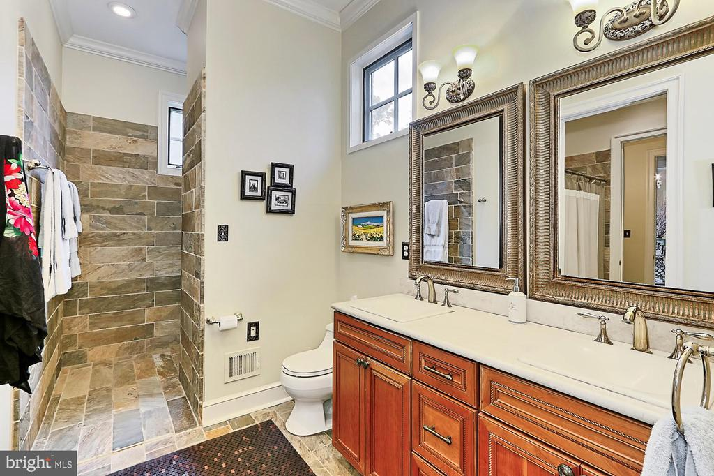 Main Residence Bath - 21281 BELLE GREY LN, UPPERVILLE