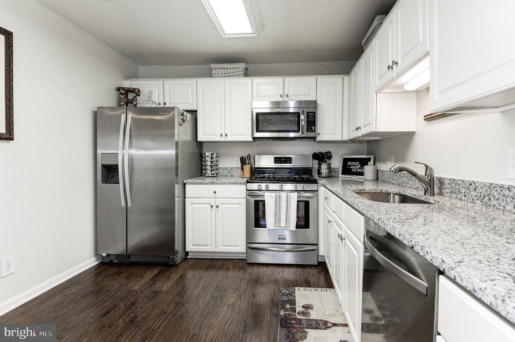 Kitchen with BRAND NEW granite & SS Appliances - 46880 CLARION TER #200, STERLING