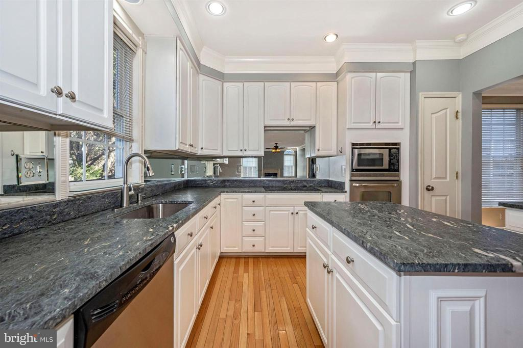 Brand new beautiful granite Counter Tops - 6923 BARON CT, FREDERICK