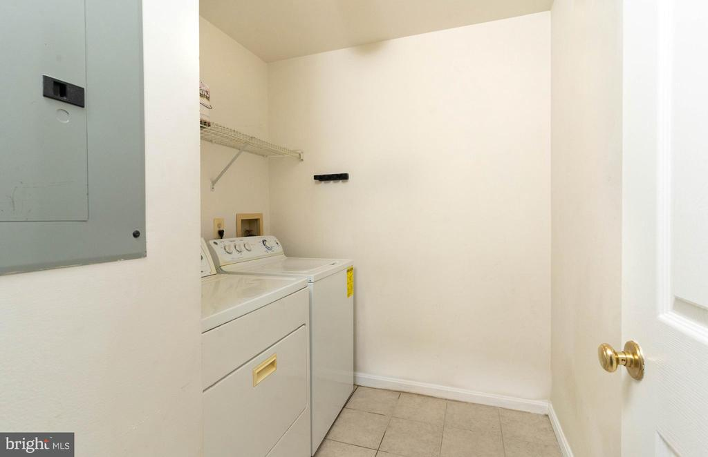In unit laundry with extra space - 1030 GARDENVIEW LOOP, WOODBRIDGE