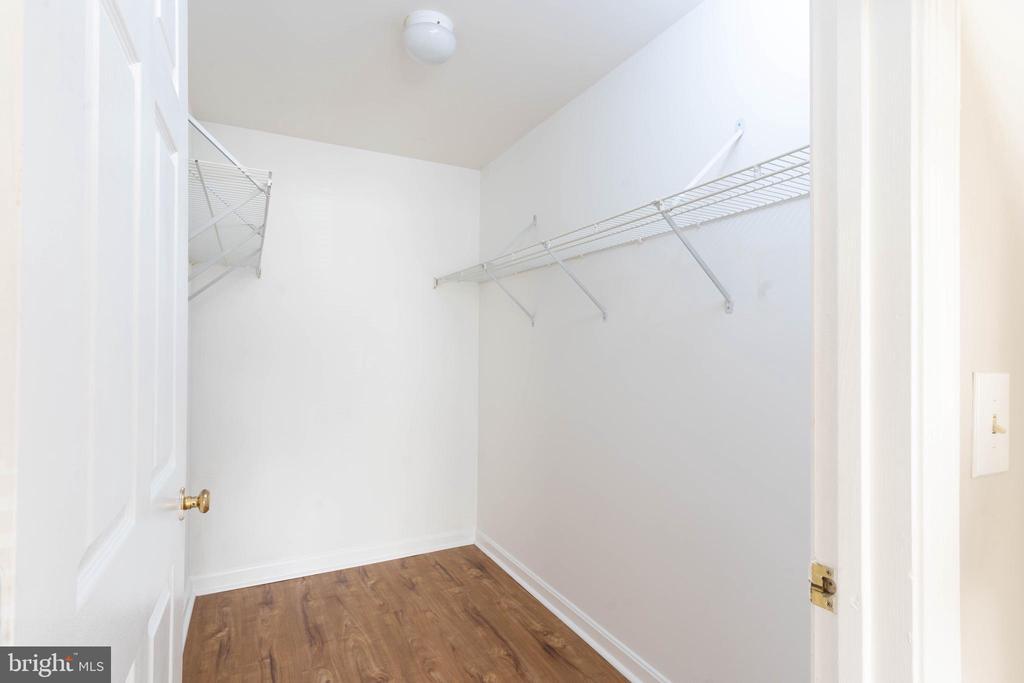 Master 2 walk in closet - 1030 GARDENVIEW LOOP, WOODBRIDGE