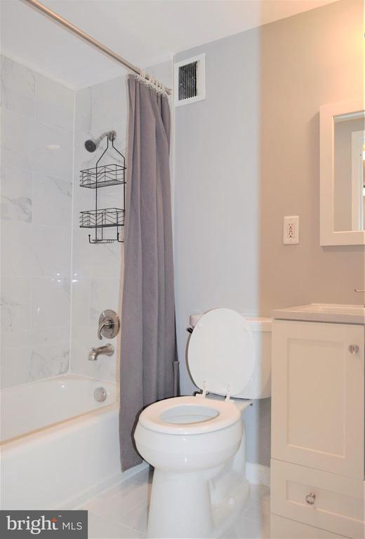 Bathroom with Tub - 2030 N ADAMS ST #404, ARLINGTON