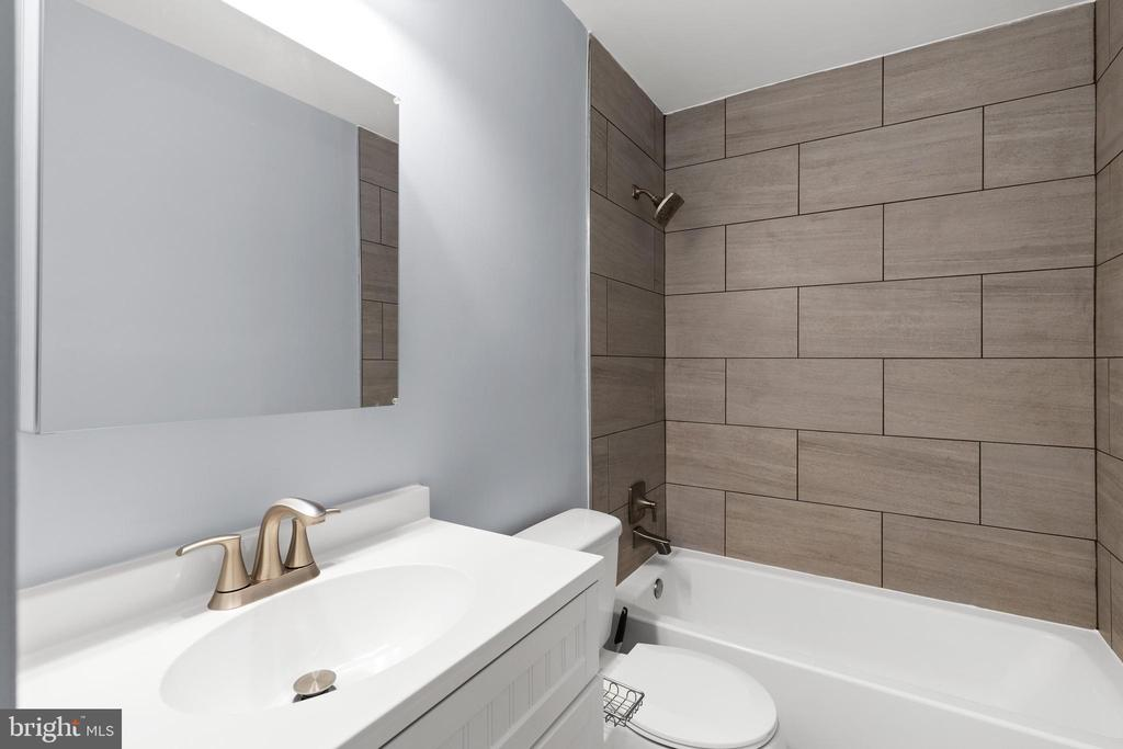 Upper Level Hall Bathroom - 13509 PHOTO DR, WOODBRIDGE