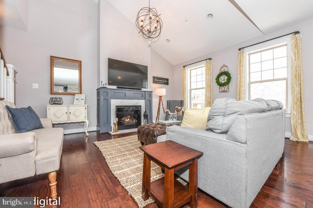 Grand family room with vaulted ceiling - 6720 OAKRIDGE RD, NEW MARKET