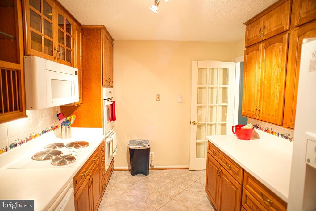 Galley Kitchen w/Maple Cabinets - 203 YOAKUM PKWY #317, ALEXANDRIA