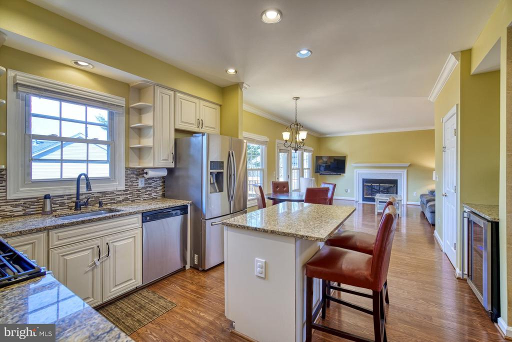 Kitchen Flows Nicely into Family Room - 43936 BRUCETON MILLS CIR, ASHBURN