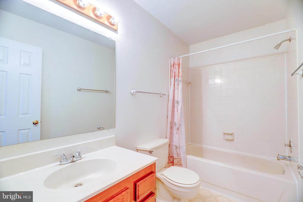 Hall Bathroom - 8024 OAK HOLLOW LN, FAIRFAX STATION