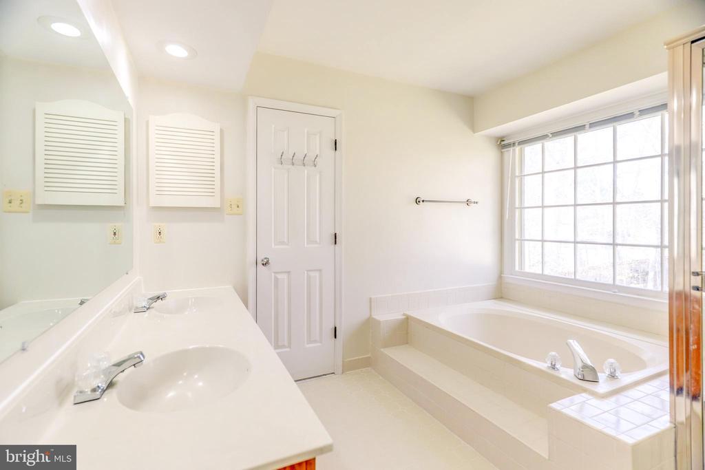 Owner's Bath - 8024 OAK HOLLOW LN, FAIRFAX STATION