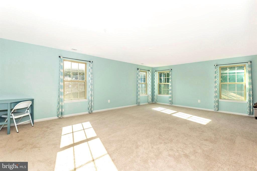 Huge primary bedroom - 8714 PRESTON DR, FREDERICK