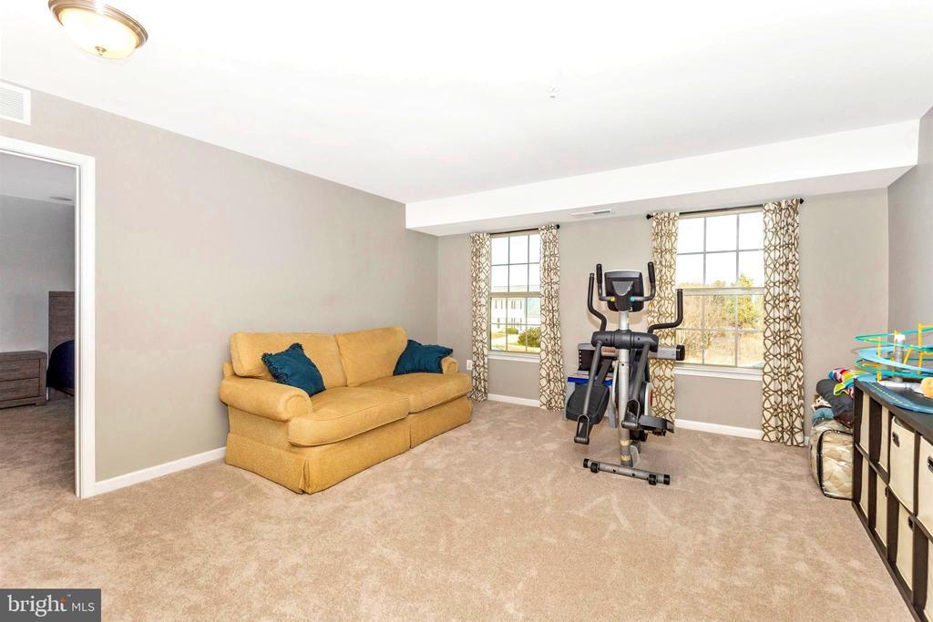 Open sitting area between bedrooms 2 & 3 - 8714 PRESTON DR, FREDERICK