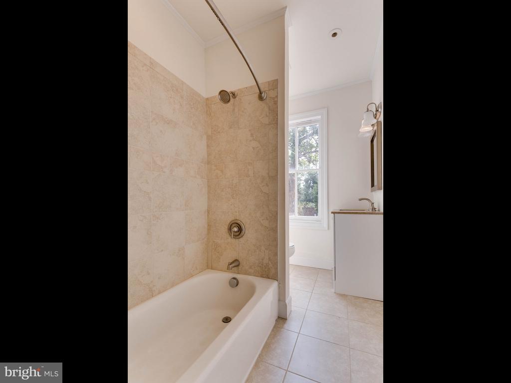 Upper Unit Bathroom 1 - 322 S WASHINGTON ST, ALEXANDRIA