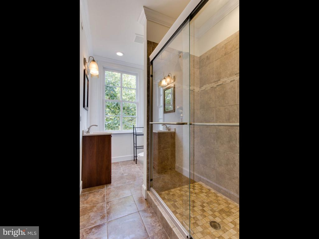 Upper Unit Bathroom 2 - 322 S WASHINGTON ST, ALEXANDRIA